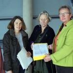 Übergabe von über 7.600 Unterschriften an Kersten Steinke, Vorsitzende des Petitionsausschusses unter dem Reichsküppel am 12. November 2014. Foto: Xanthe Hall / IPPNW
