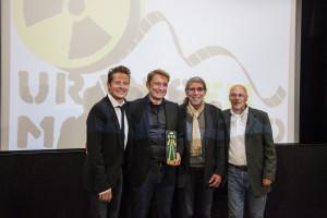 Die Übergabe des Yellow Oscars mit (v.l.) Hauptdarsteller Roman Knizka, Regisseur Marcus Schwenzel, Castingdirektor Uwe Bünkel und Festivaldirektor Norbert Suchanek.
