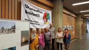 ICBUW-Aktive vor der TRW-Ausstellung und unter dem deutschen ICBUW-Banner auf dem IPB Weltkongress; v.l.n.r.: Rae Street (Großbritannien), Lea Lannokari (Finnland), Carla Goffi (Belgien/Italien), Manfred Mohr (Deutschland), Wim Zwijnenburg (Niederlande), Aäse Möller (Norwegen), Ria Verjauw (Belgien).