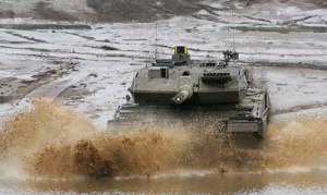 Der Kampfpanzer Leopard 2 A6 bei der Durchquerung eines Gewaessers im Rahmen des Voruebens zur Informationslehruebung Heer am Ausbildungszentrum Munster.
